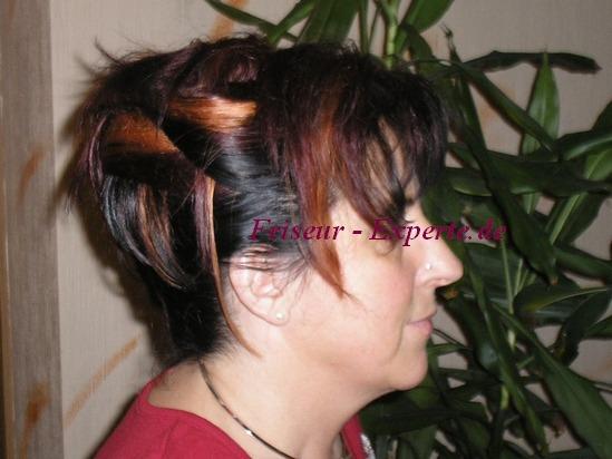 Hochsteckfrisur Frisur Frisurenbild Farbig Kupfer Schwarz Rot Geflochten Pony Seitenprofil von einer Hochsteckfrisur mit Pony und gesträhntem Haar