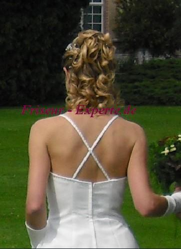 Hochsteckfrisur Locken Hochzeitsfrisur Blond Offenehaare Bild Frisurenbild Gesträhnt  Brautfrisur von hinten mit Locken, für schulterlanges Haar