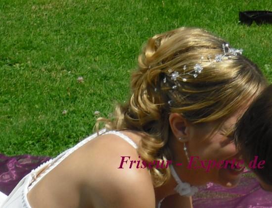 Hochzeitsfrisur Blondehaare Hochsteckfrisur Gesträhnt Frisurenvorlage Hochsteckvorlage Brautfrisur Brautschmuck Haarschmuck Hochzeitshaarschmuck Brautfrisur von der Seite mit schulterlangen Haaren