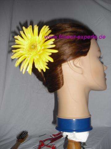 Banane-Hochsteckfrisur-Accessoire-gelbe Blume-Frühlingsblume-von der Seite
