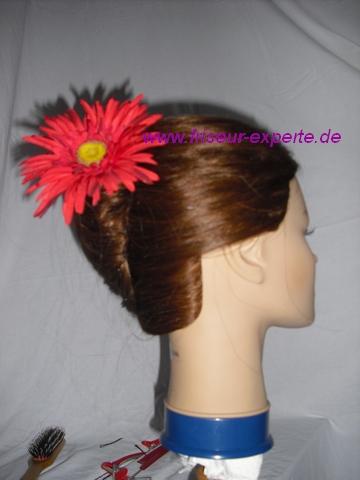 Banane-Hochsteckfrisur-Sommerblume-Frühlingsblume-rote blüte-von der Seite-Accessoire