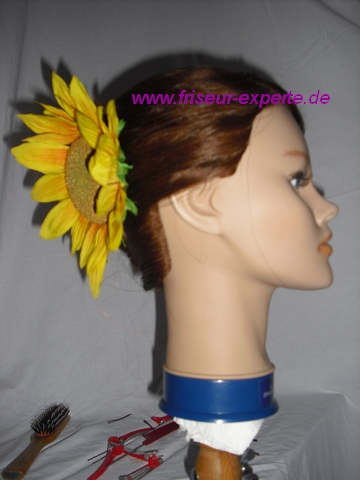 Hochsteckfrisur Banane mit Sonnenblumen Verzierung als Accessoire