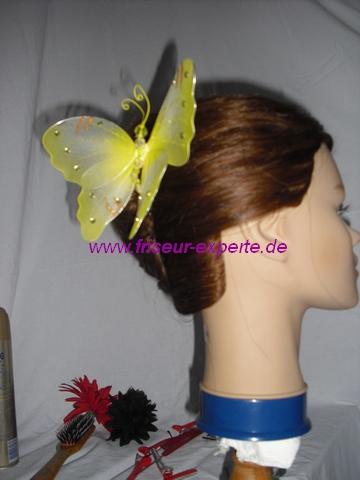 Banane-Hochsteckfrisur-Steckfrisur-gelber Schmetterling-AccessoireSchmetterling-von der Seite-Frühlingsfrisur
