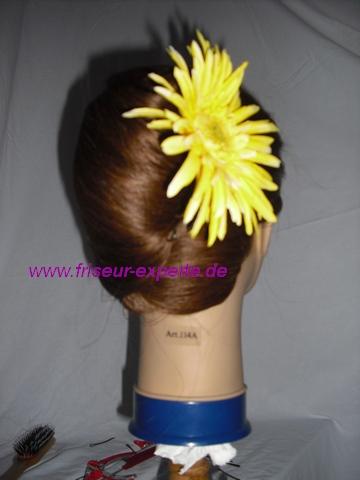 Banane- Hochsteckfrisur-gelbe Frühlingsblume-von hinten-Accessoire