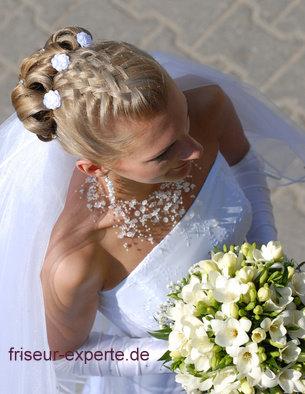 06 Hochzeitsfrisur von oben fotografiert mit Blumenstrauss Brautfrisuren 2011   Trends   Hochzeitfrisuren 2011   Hochsteckfrisuren   Galerie