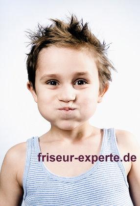 Kinderfrisur Junge mit frechem Haarschnitt Musterfoto