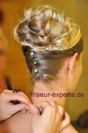 Hochzeitsfrisur mit Perlenschmuck