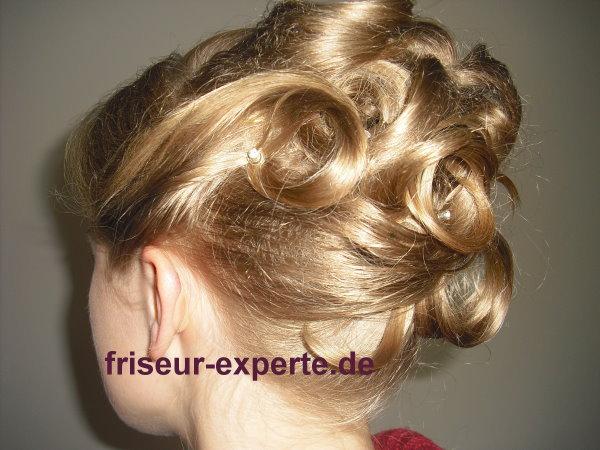 Hochsteckfrisur für feines blondes Haar – Volumen hinten mit Haarkissen