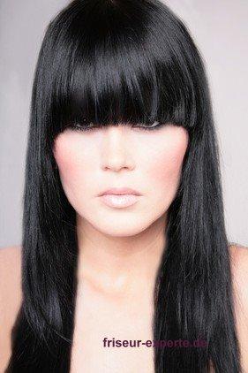 kompakter voller Pony schwarzes langes Haar Ponyfrisuren 2012   mit Stirnfransen Gesicht betonen: schräg oder gerade?