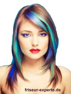 fransiger glatter Stufenschnitt peppige blaue Straehnen fransiger und glatter Stufenschnitt mit peppigen blauen Strähnen
