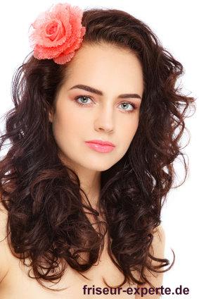romantische hübsche Lockenfrisur langes Haar mit Blume geschmückt Urlaub Feeling romantische hübsche Lockenfrisur für langes Haar mit Blume geschmückt   Urlaubsfeeling