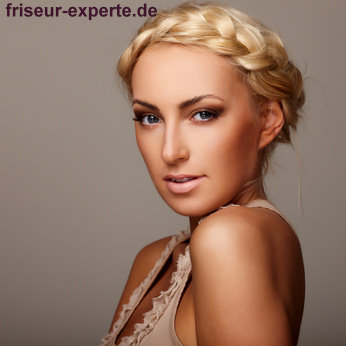 romantischer haarkranz langes blondes haar wedding frisur Romantischer Haarkranz für langes blondes Haar – Wedding Tipp!