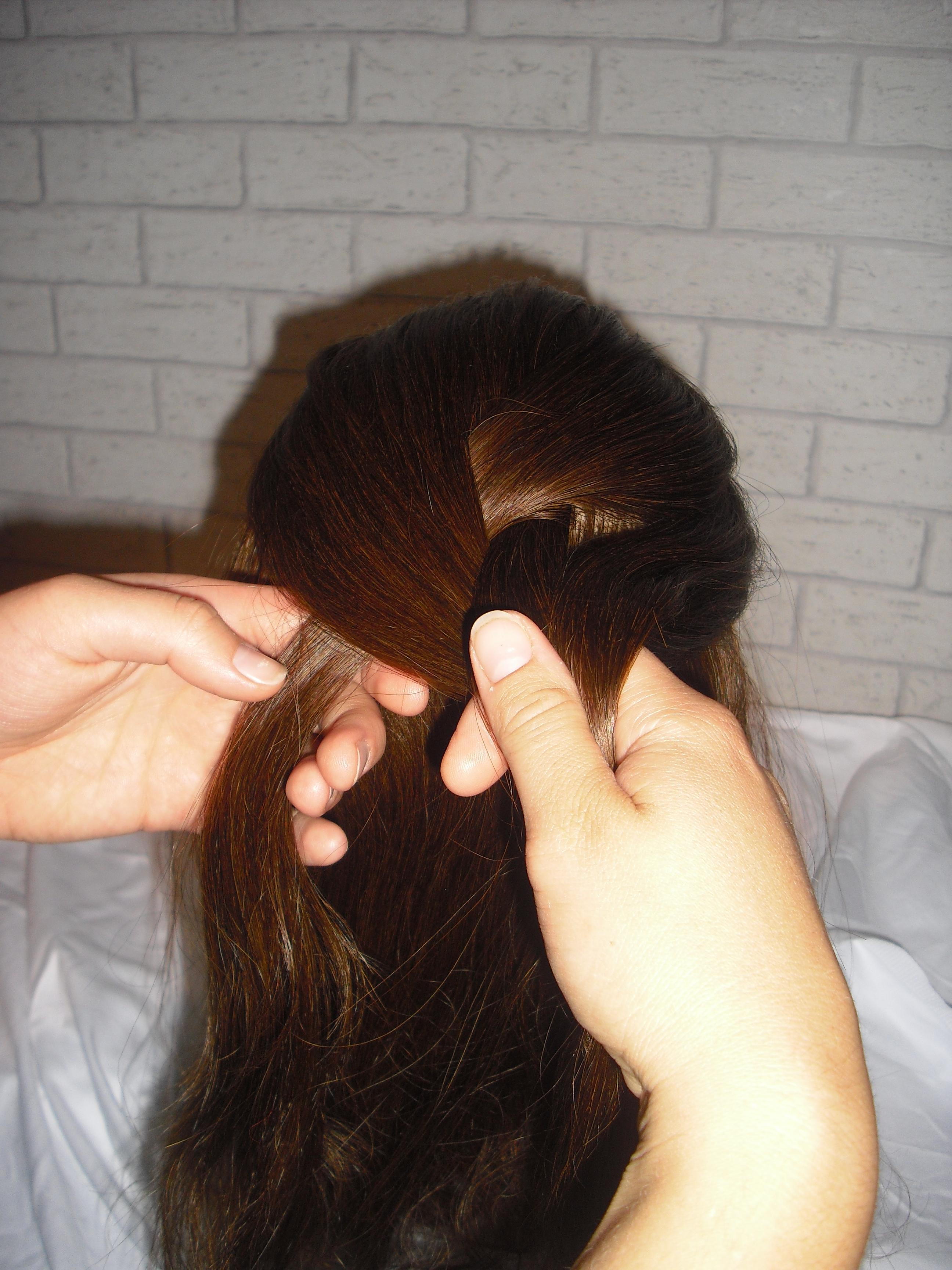 8 Schritt 5 Haare hinzunehmen Bauernzopf Flechtfrisur: Bilder Anleitung   Schritt für Schritt erklärt zum selber machen